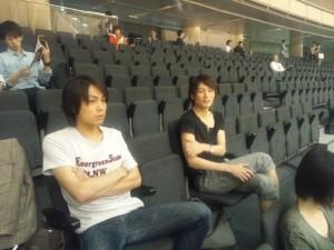 車椅子バスケットボールを観戦する寿大君と亜佑多君